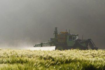 Ein Landwirt spritzt eine Felder. Foto: pixabay