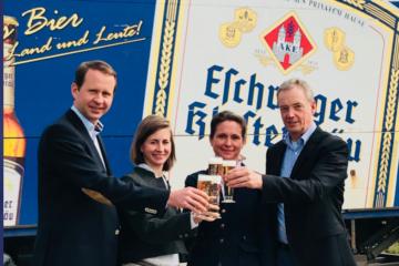 Stoßen auf den Deal an: Ulrich, Julia und Ruth Klesper haben die Eschweger Klosterbrauerei von Ernst Andreas gekauft. Foto: Eschweger Klosterbrauerei
