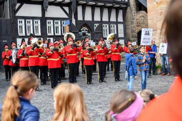 """Die """"""""show and brass band"""" vor dem Alsfelder Rathaus."""