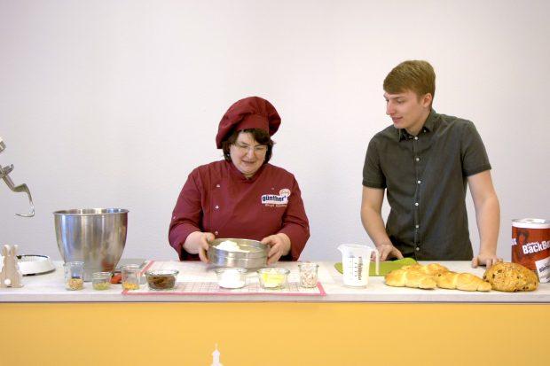 Wie aus Hefeteig Osterhäschen und Osterbrot gebacken wird