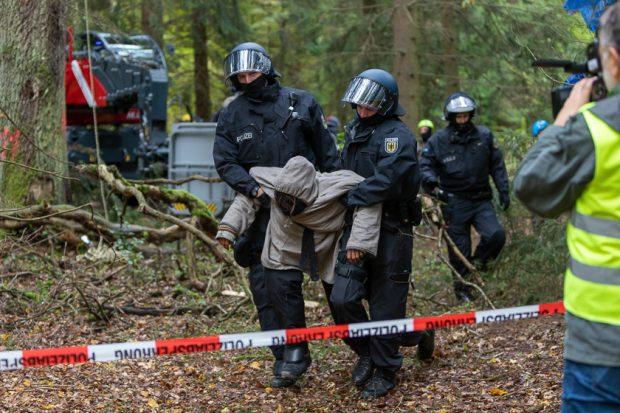 Besetzer Hochsitz, Wespenstich, angekettete Demonstranten und Festnahmen wegen Graffitis